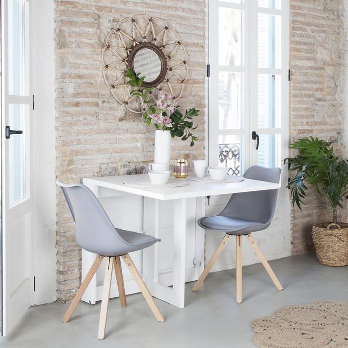 Mesa plegable en comedor pequeño