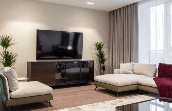 Mueble de TV ancho en un salón
