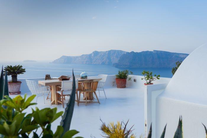 Terraza-en-Santorini-con-bellas-vistas