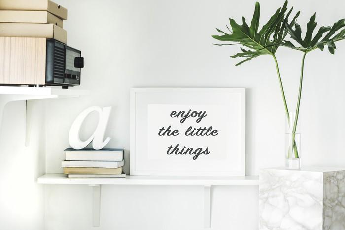 "frase motivacional en un marco ""Enjoy the little things"""