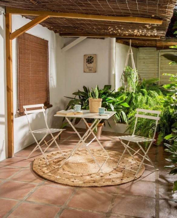 Espacio exterior de terraza con mesa y sillas para el verano