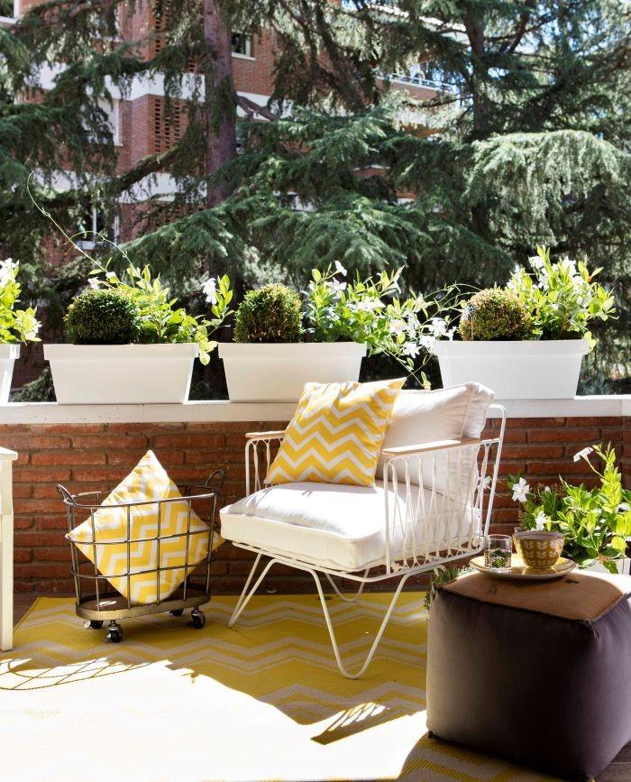 Cojines en terraza en color amarillo