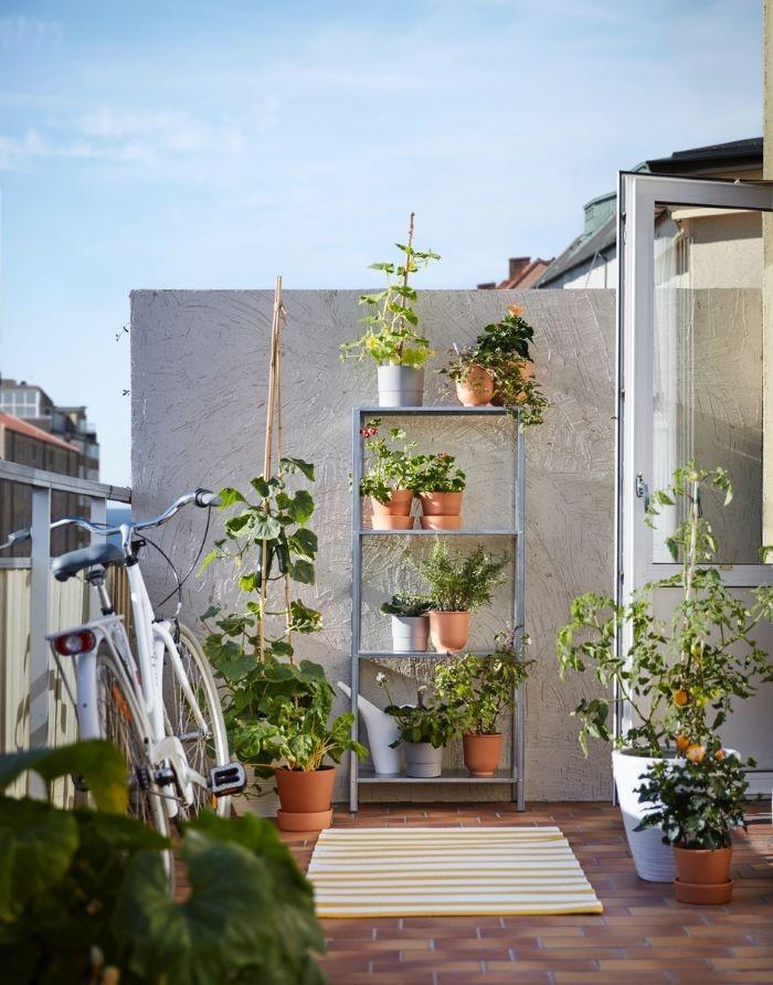 Jardín exterior de una casa con productos de IKEA