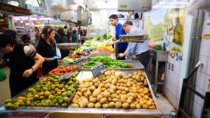 Puesto verduras en el Mercado Central de Valencia