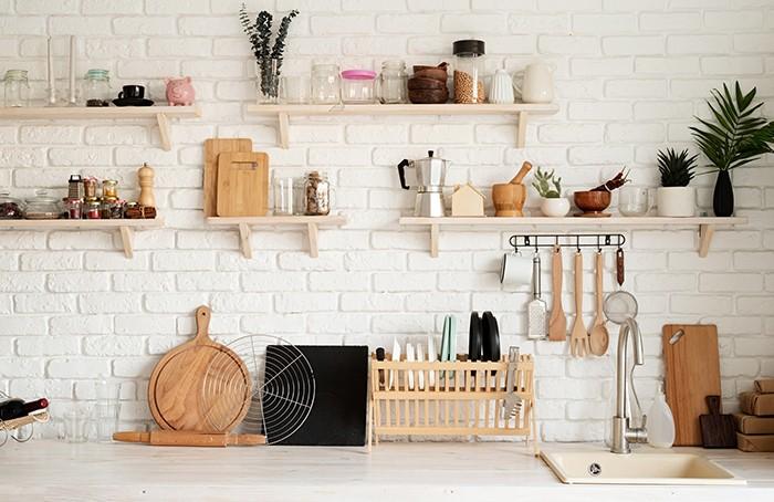 estantes con utensilios cocina
