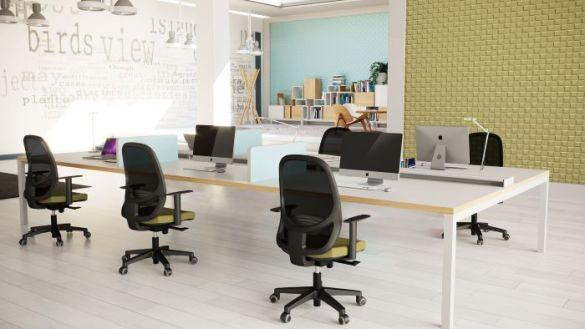 espacio de trabajo con sillas de oficina de diseño