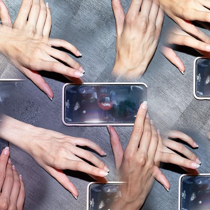 manos ilustracion smartphone montaje