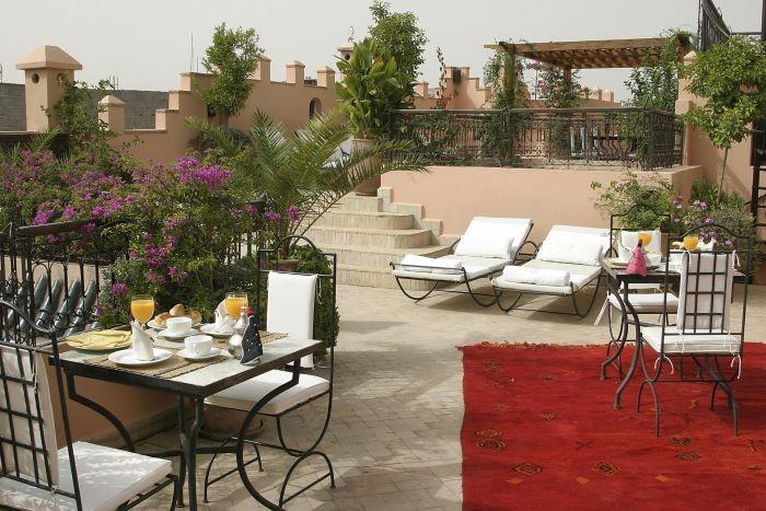 exterior de una gran casa estilo palacio marroquí