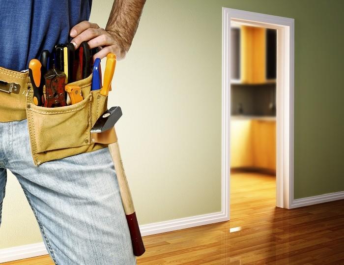 Trabajador-con-herramientas-para-arreglar-un-hogar