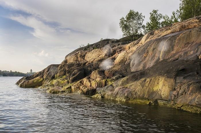 Acantilado con mar en Vallisaari en Finlandia