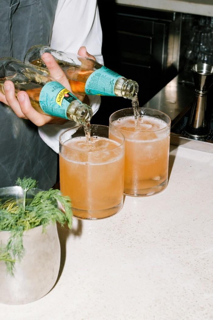 barman sirviendo bebidas