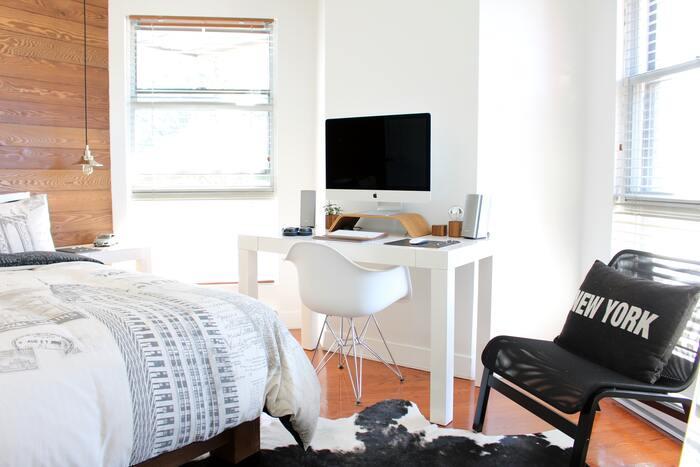 habitación juvenil colores neutros y ordenador