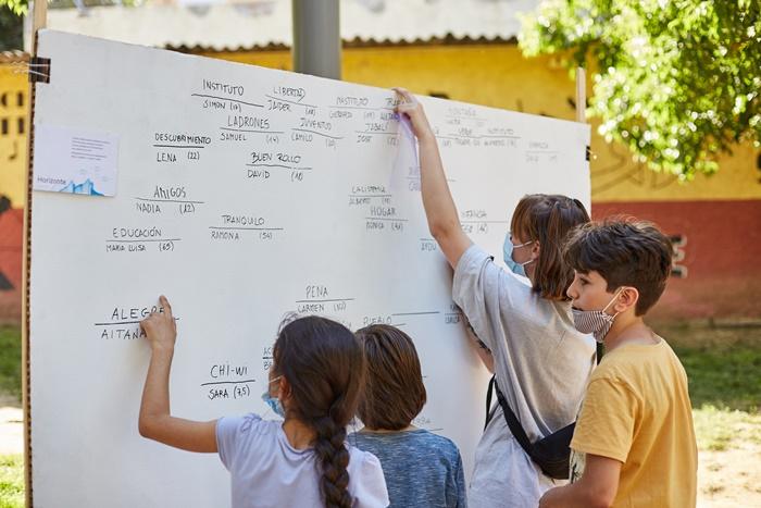 niños escribir organizar pizarra blanca