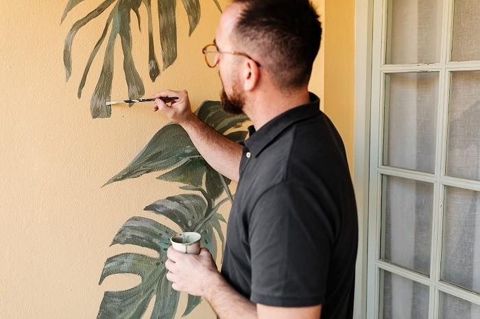 Artista-trabajando-en-una-pintura-mural