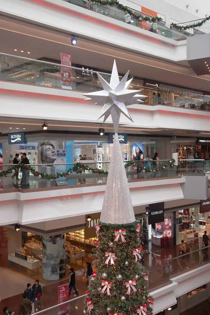 Estrella-XXL-navidena-en-la-copa-de-un-arbol-de-Navidad