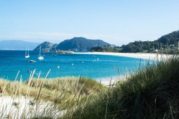 Playa soleada con barcos en las Islas Cíes