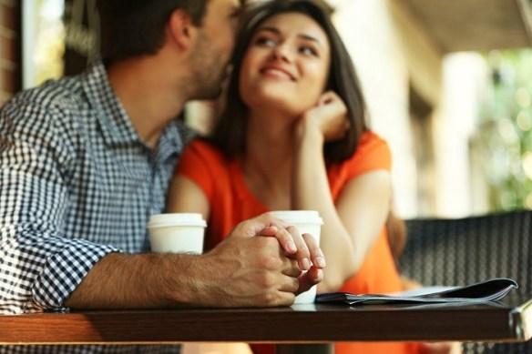 Pareja-coqueteando-tomando-un-cafe