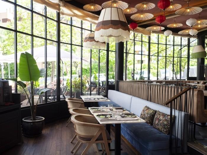 ventanales lamparas mesas comedor restaurante