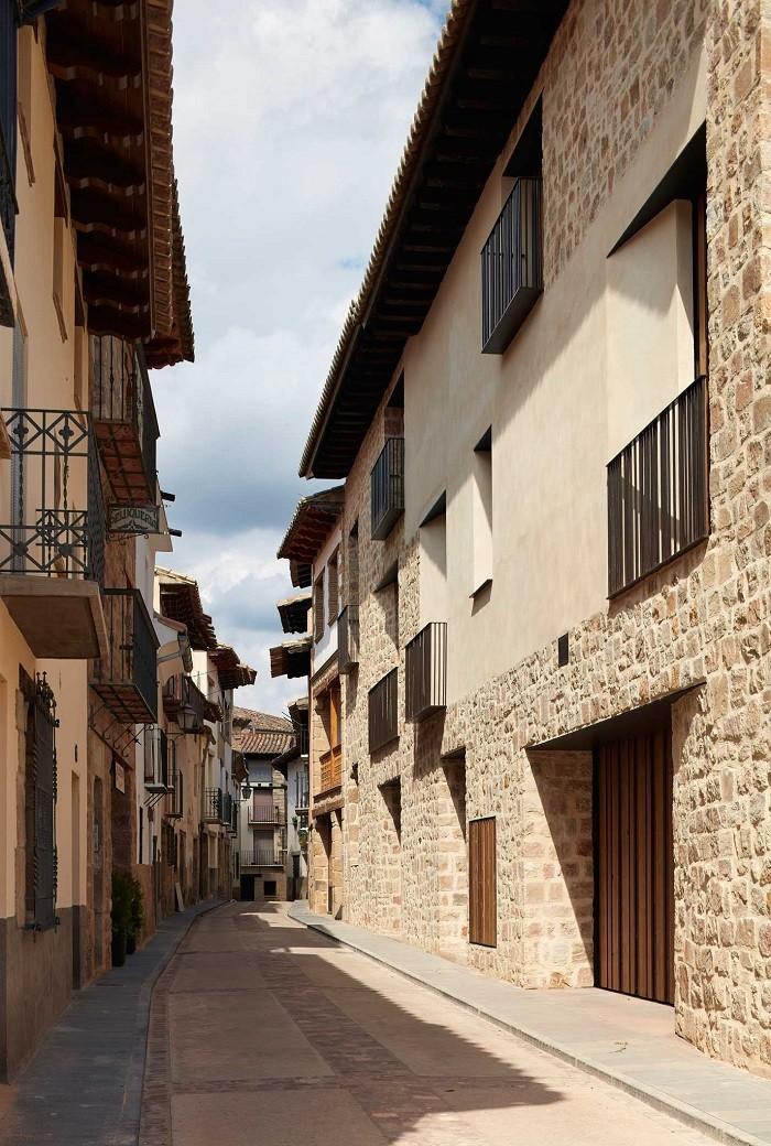 Calle de la localidad de Rubielos con su arquitectura tradicional y rural