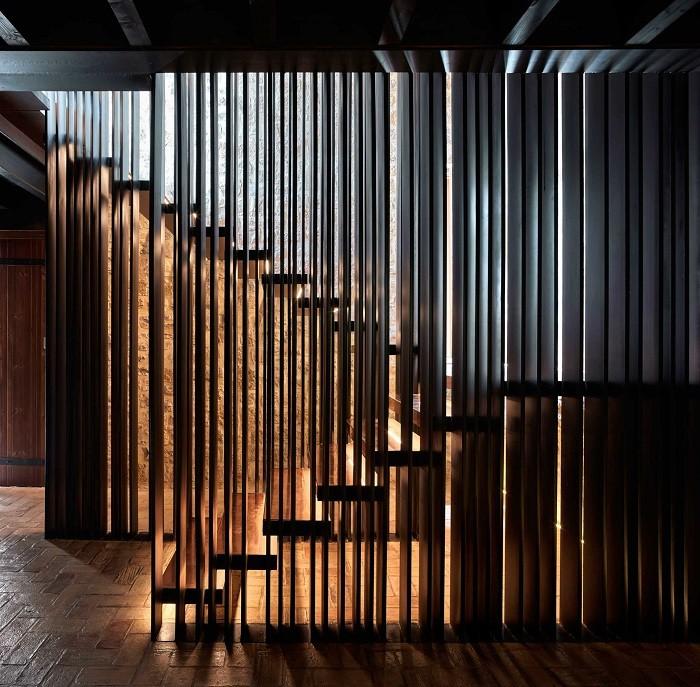 escaleras con divisiones en iberian modern house