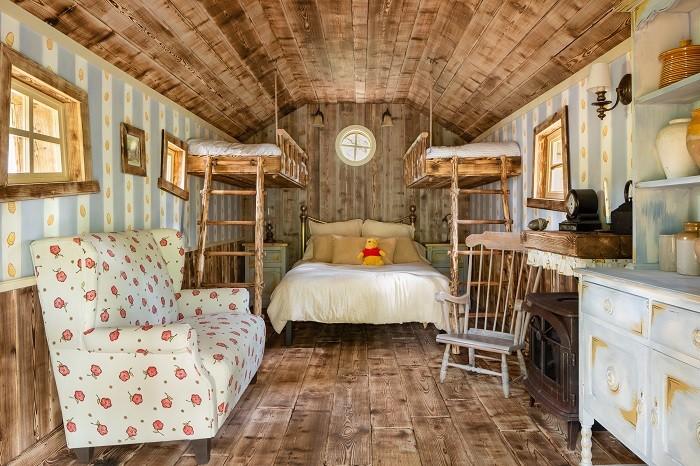 Dormitorio de la casa de winnie the pooh con cama, sillón y otros objetos, Airbnb