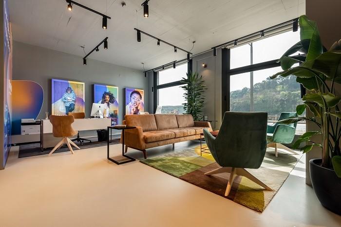 Amplio espacio de las oficinas Porto con un diseño industrial y moderno