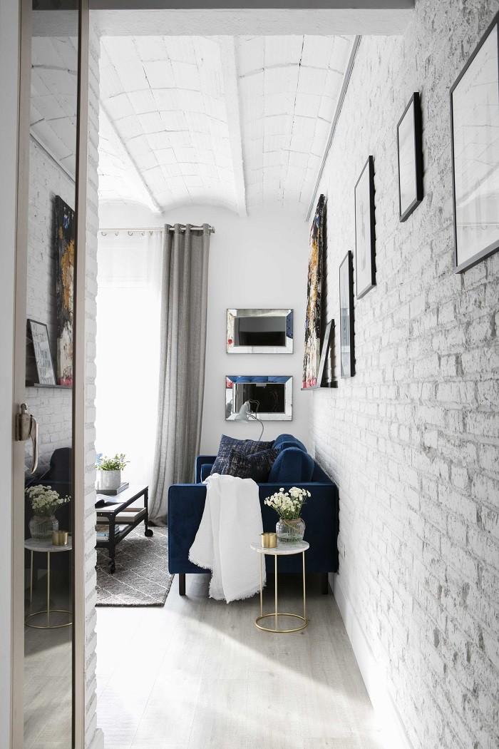 decoración de una zona de paso con espejos y paredes blancas