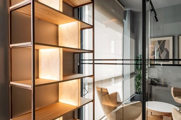 oficina con estantería de estilo industrial