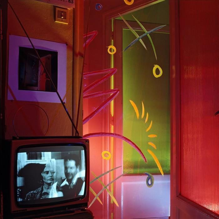 salón colorido con una televisión en blanco y negro