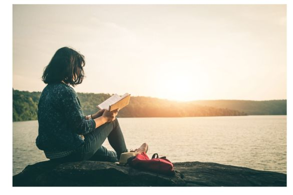 mujer leyendo atardecer