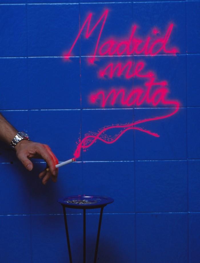 mano con un cigarrillo con humo rojo