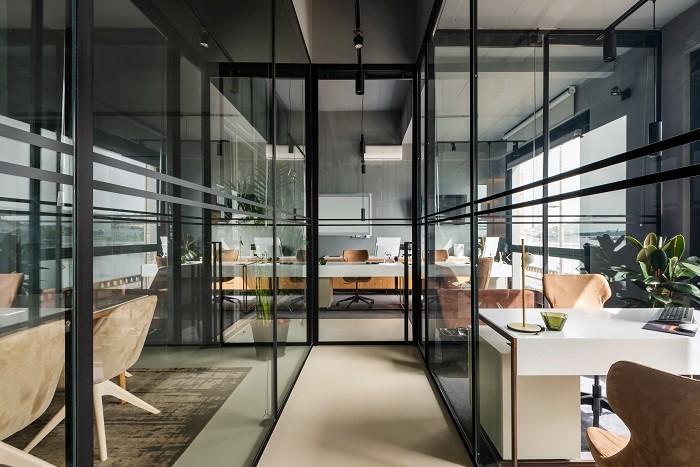 espacio amplio de oficinas divididas