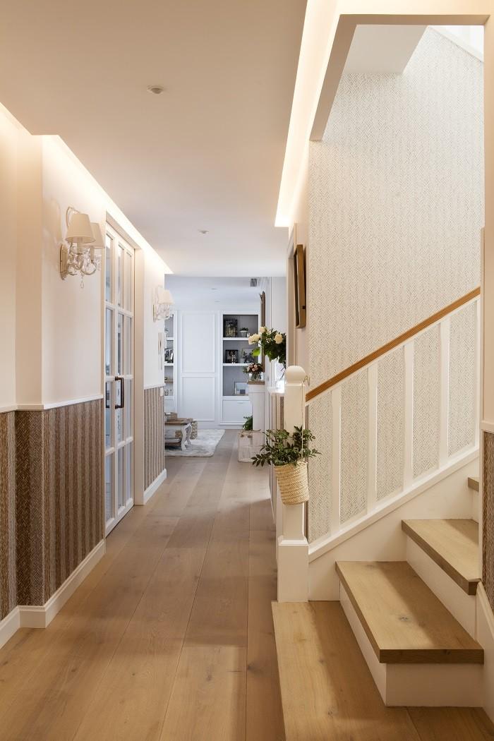 zona de paso de una casa con escaleras e iluminación