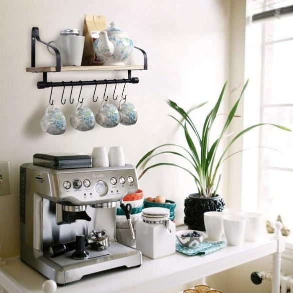 encimera con cafetera, planta y tazas de café