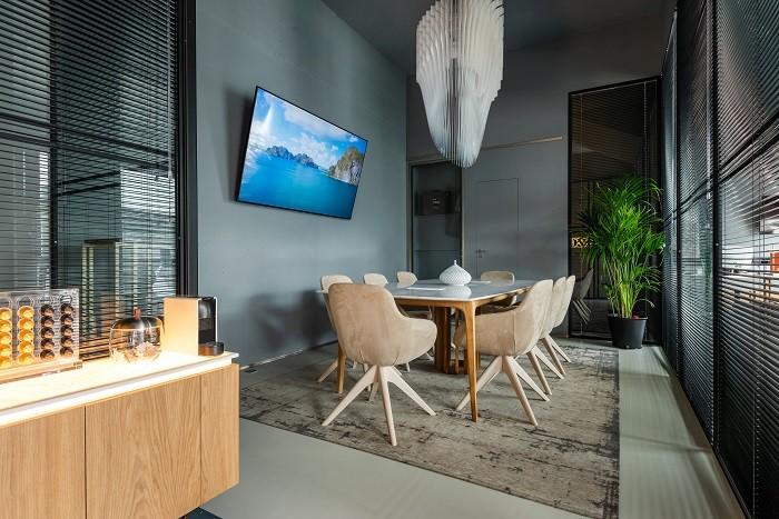 mesa con sillas de terciopelo para reuniones con televisión