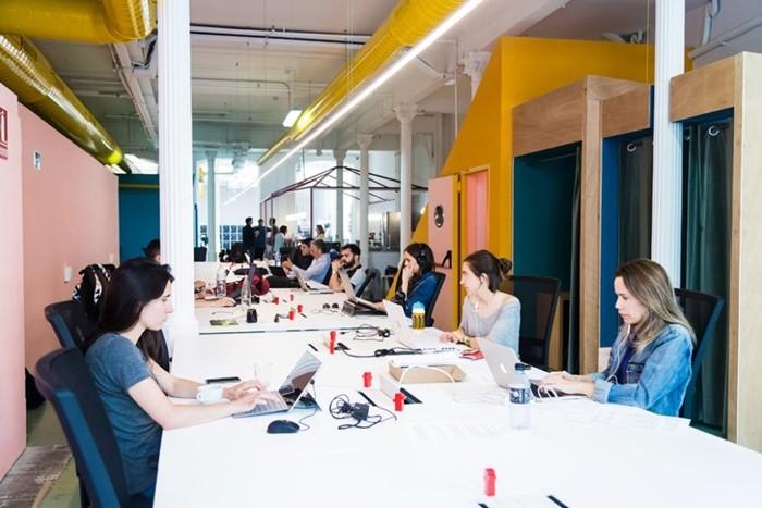 mesas amarillo azul portatiles