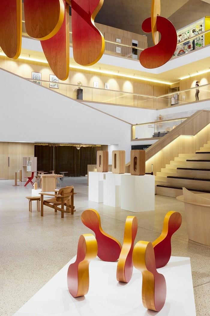 Interior del Design Museum en Londres con Discovered