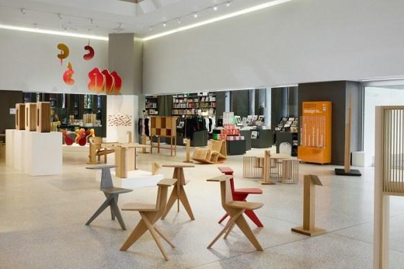 interior del museo del diseño con Discovered, una colección de madera