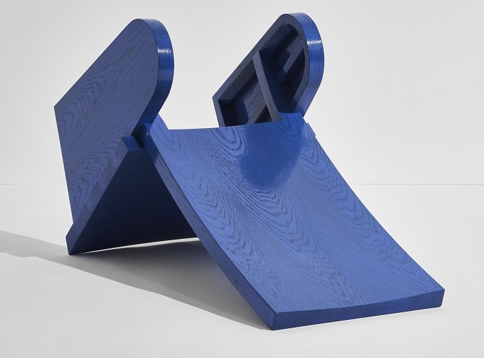 Diseño en madera azul simula un columpio