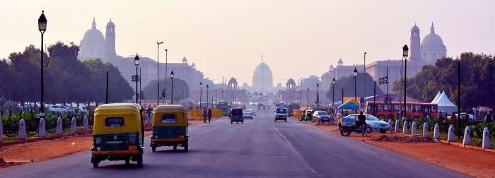 ancha avenida con coches en Nueva Delhi
