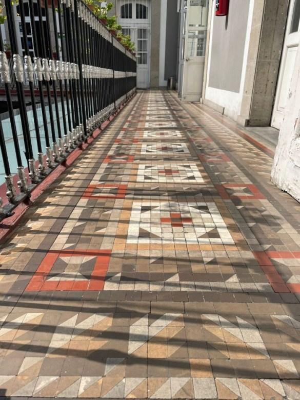 Pasillo de un Mercado en México con mosaico