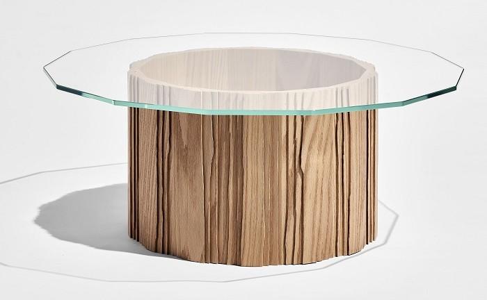 Mesa de madera que parece el tronco de un árbol con cristal