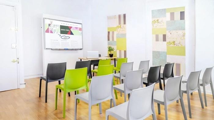 sala reuniones sillas colores claridad