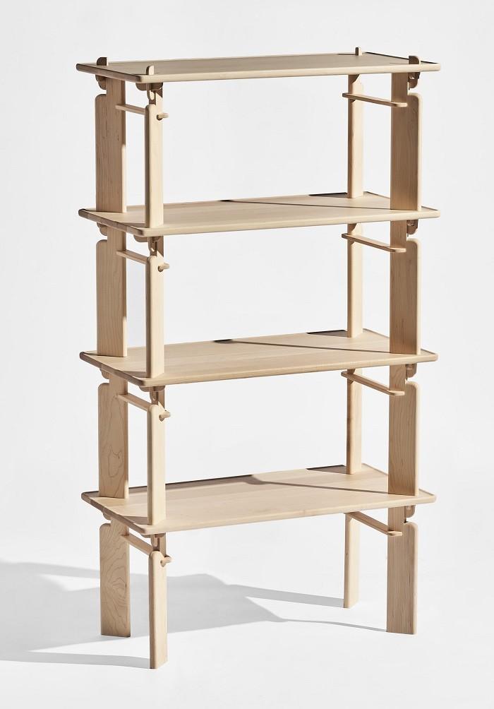 estantería de madera con baldas