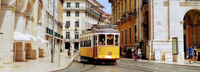 tranvía amarillo por las calles de Lisboa