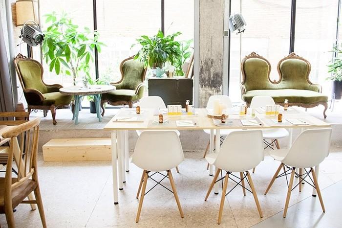mesas sillones luz natural