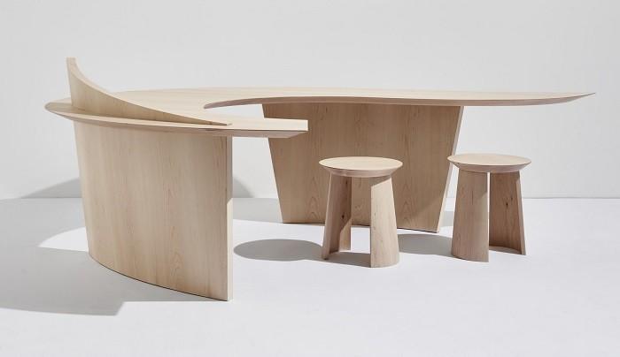 moderna mesa de madera con dos taburetes a juego