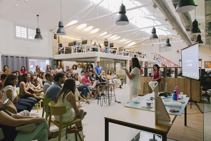 conferencia sala grande iluminacion