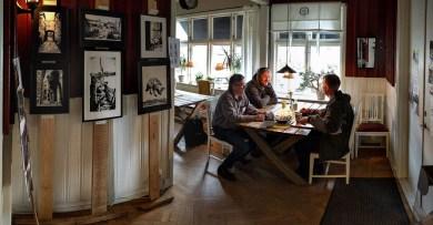 Yrjö ställer ut sin konst på Villans Café och vi passar på att ta en fika.