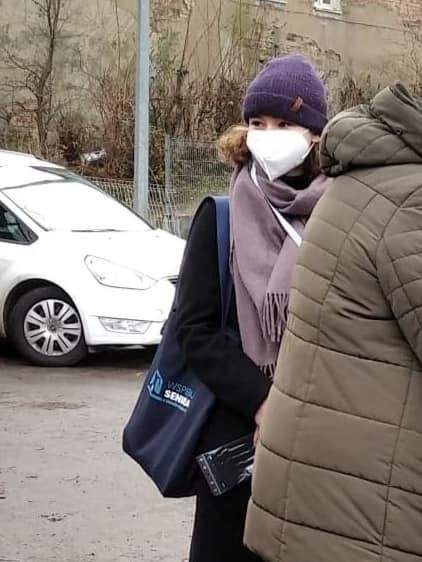 na zdjęciu wolontariusz ztorbą zakupową
